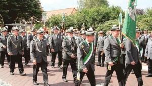 In Uniform: Der Wiefelsteder Schützenverein zieht am Sonntagnachmittag gemeinsam mit den auswärtigen Vereinen vom Rathaus zum Festplatz.   Bild: Claus Stölting