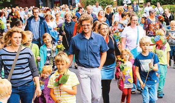 Hunderte Kinder liefen mit Blumenstöcken und in Begleitung ihrer Eltern, Großeltern und Geschwister beim Festumzug mit. Gestartet wurde vor dem Rathaus.