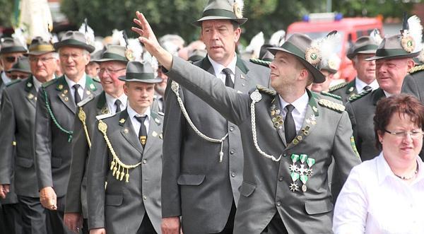 Festmarsch durch Wiefelstede: Vom Rathaus zogen die Schützen mit befreundeten Vereinen und Musikgruppen zum Festplatz. Zahlreiche Zuschauer verfolgten den Umzug vom Straßenrand.