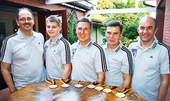 Präsentierten ihre Medaillen (von links): Holger Anderssohn, René Wempen, Günther Peper, Alexander Steinbach und Stephan Schoppe.  Bild: claus stölting