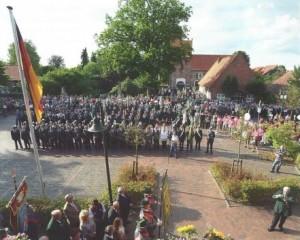 Beginn des Wiefelsteder Schützenfestes: Aufstellung vor dem Rathaus. Bild: Frick