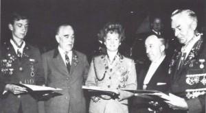 Majestäten 1965: Links Bundesschützenprinz Veit Schmidt, in der Mitte Bundesschützenprinzessin Margret Brandes, rechts Bundesschützenkönig Hugo Dreger. Zweiter von rechts: DSB-Vizepräsident Fritz Raddatz.