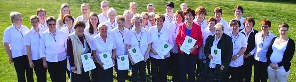 Sie trafen sich in der Schützenhalle in Wiefelstede und feierten das 40-jährige Bestehen der Damenabteilung. Sieben von ihnen (mit Urkunde) wurden als Gründungsmitglieder mit der Ehrennadel in Gold des Deutschen Schützebundes ausgezeichnet.