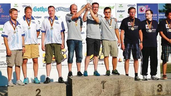Ganz oben auf dem Treppchen als KK-Mannschaft bei den Deutschen Meisterschaften in München: die Wiefelsteder Schützen (graue T-Shirts, von links) Stephan Schoppe, Marco Hummler und Alexander Steinbach