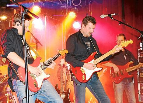 """Die Leidenschaft der Musiker sprang schnell aufs Publikum über: die """"dIRE sTRATS"""" kamen an in Wiefelstede. Bild: Erhard Drobinski"""