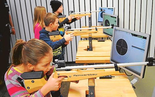 Auch Arijeta (9), Fleiger (9) und Jan (9) interessierten sich am Sonnabend fürs Schießen mit dem Lichtpunktgewehr. Der Schützenverein Wiefelstede hatte zu einem ersten Schnuppertraining für die neue Gruppe eingeladen.