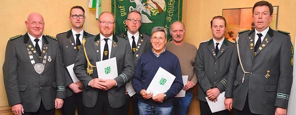 OSB-Präsident Peter Wiechmann (rechts) & Vizepräsident Friedrich Delmenhorst (links) überreichten die Ehrennadeln an: Jan Steinkamp, Rainer Kuck, Carsten Thien, Günter Peper, Jonny von Lienen und Stefan Siemen.