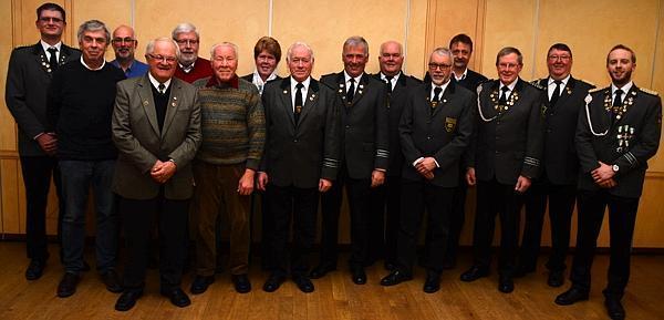Diese Schützen wurden für ihre 40-, 50- und 60-jährige Treue zum Verein von Schützenpräsident Dirk Siemen (2. von rechts) geehrt. Links Vize Andre Koch, rechts 2. Stellvertreter Marten von Lienen.