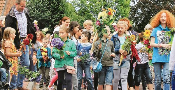 Großer Spaß für kleine Gäste: Einige hundert Teilnehmer zogen am Montag beim Kinderumzug der Wiefelsteder Schützen vom Rabes Gasthof bis hin zum Festplatz. Dort warteten allerlei Fahrgeschäfte.