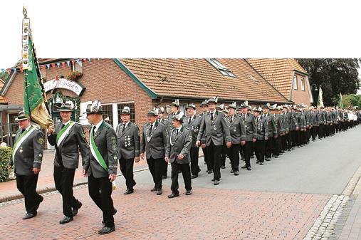 Grün-weiß soweit das Auge reicht: die Wiefelsteder Schützen beim Festmarsch durch die Straßen des Ortes.