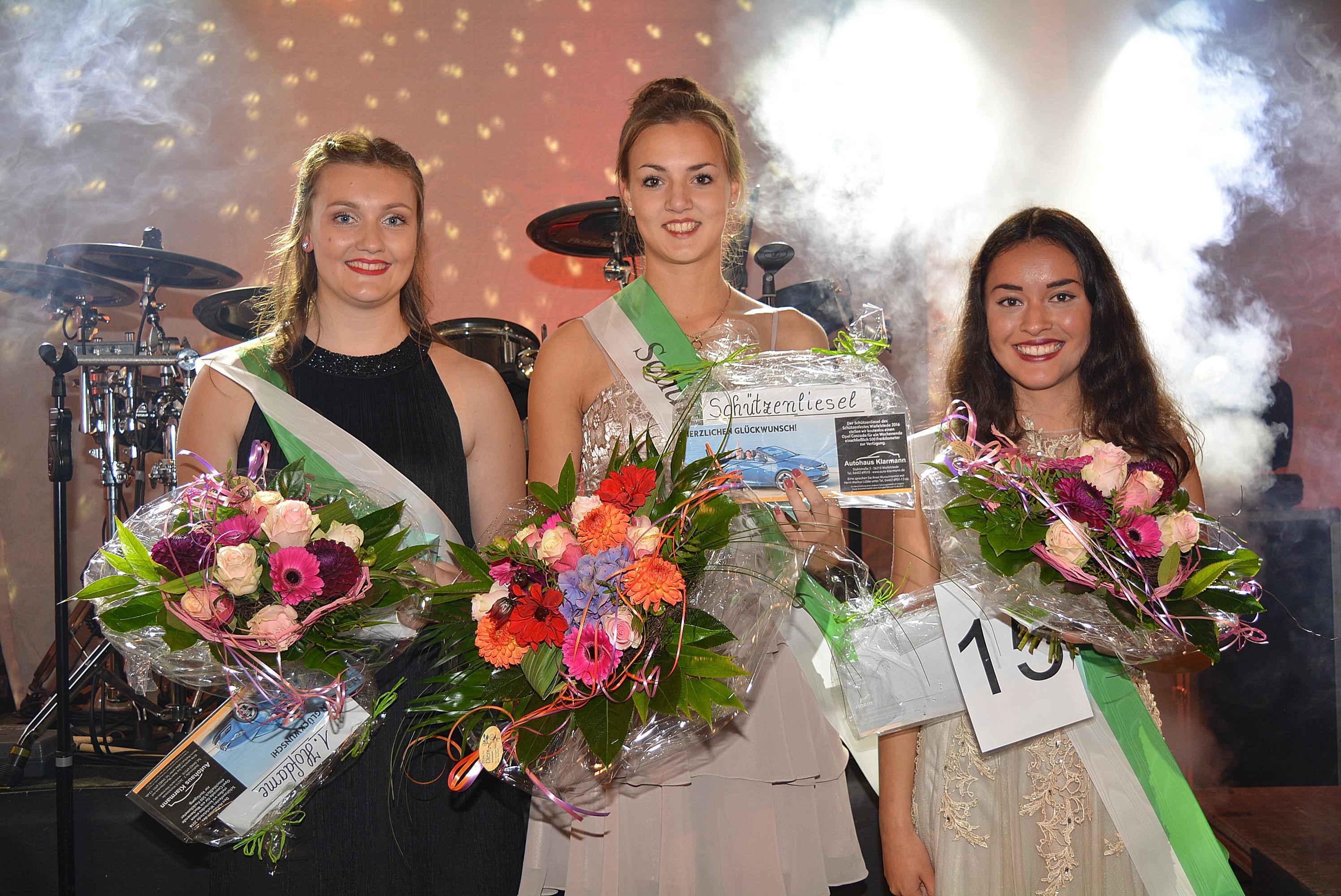 Schützenliesel 2016: Tamara Gerdes (mitte) mit ihren Hofdamen: Anna Scheide (links und Celine Behrens (rechts).