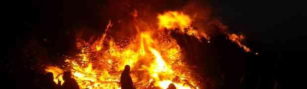 Zum Osterfest wird das Osterfeuer entzündet.