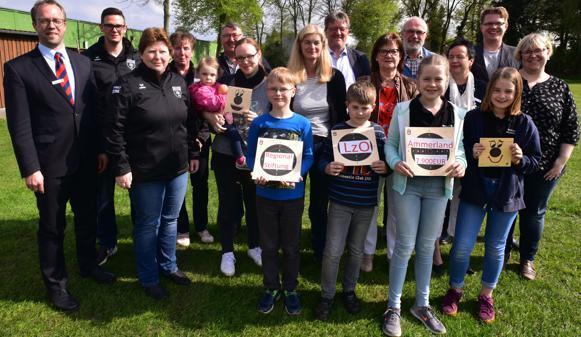 Spender und Empfänger: Vertreter der LzO und der Wiefelsteder Vereine kamen für die Übergabe der Spenden beim Schützenverein in Wiefelstede zusammen. Insgesamt 7900 Euro verteilte die LzO an fünf Vereine aus Wiefelstede.