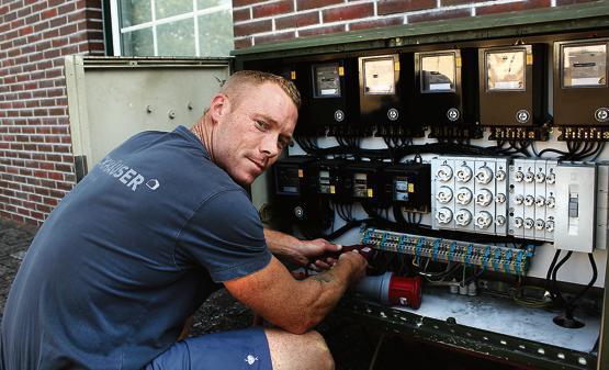 Bei der Arbeit: Dennis Behrens prüft die Stromversorgung auf dem Schützenplatz. Bild: Jens Schopp